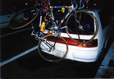 キャリアから落ちそうなバイク